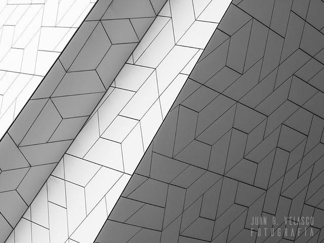 Líneas #arquitectura #buildings #patrones #patterns #lineas #lines #ByN #monocromo #monochrome #bw #blackandwhite http://bit.ly/2TnqsDE en Instagram: http://bit.ly/2SAFREM