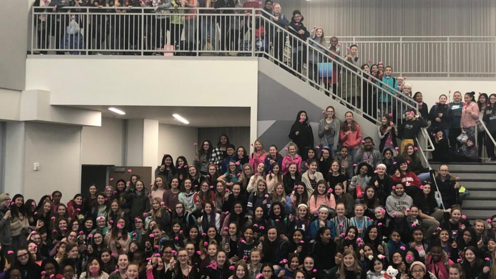 """Middle school boys buy flowers for every girl in school for Valentine's https://t.co/07KAQ5jnaQ """"We wanted every girl to feel important and special on Valentine's Day,"""" ❤🌹  They purchased enough flowers for all 270 girls and 70 female teachers at the school."""