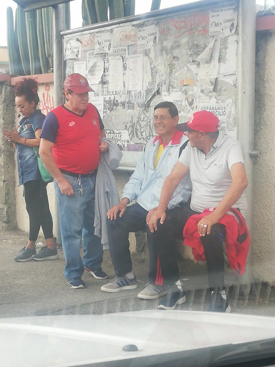 Que lindo es el fútbol carajo!! me acabo de encontrar con estos 3 srs en una parada de bus, me imagino van rumbo al estadio, 2 de ellos del @elnacionalec y uno del @Aucas45, definitivamente el fútbol une, NO divide @PatricioJDiaz @MarioVillacisG @chacasalas @chacasalas