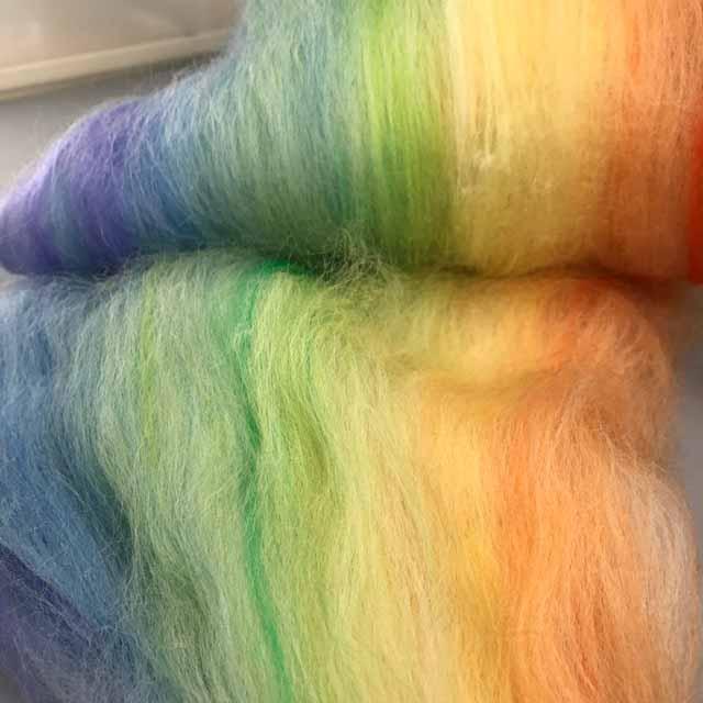 引き続き バッツ作り  本日は 「虹色妖精シリーズ」もオレンジパステルにしてみました。 裏と表でちょっと表情がちがう バッツは二度と同じものができないので、 面白いです。 その時によって 混ざり具合 色の出方がちがいます  #手紡ぎ #毛糸 #羊毛 #染色