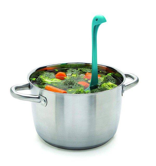 【カワイイ】お鍋の中からひょっこり。ネッシー型の穴あきおたま https://t.co/pxST3gsg1A  底の部分には4つの足が付いており、テーブルやお皿の上、鍋の中でも立たせることが可能。価格は2,592円。