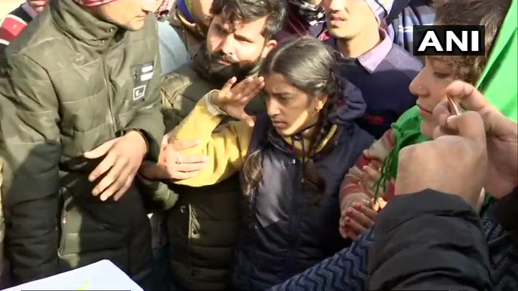 #Dehradun: Daughter of CRPF ASI Mohan Lal pays last tribute to her father. #PulwamaAttack