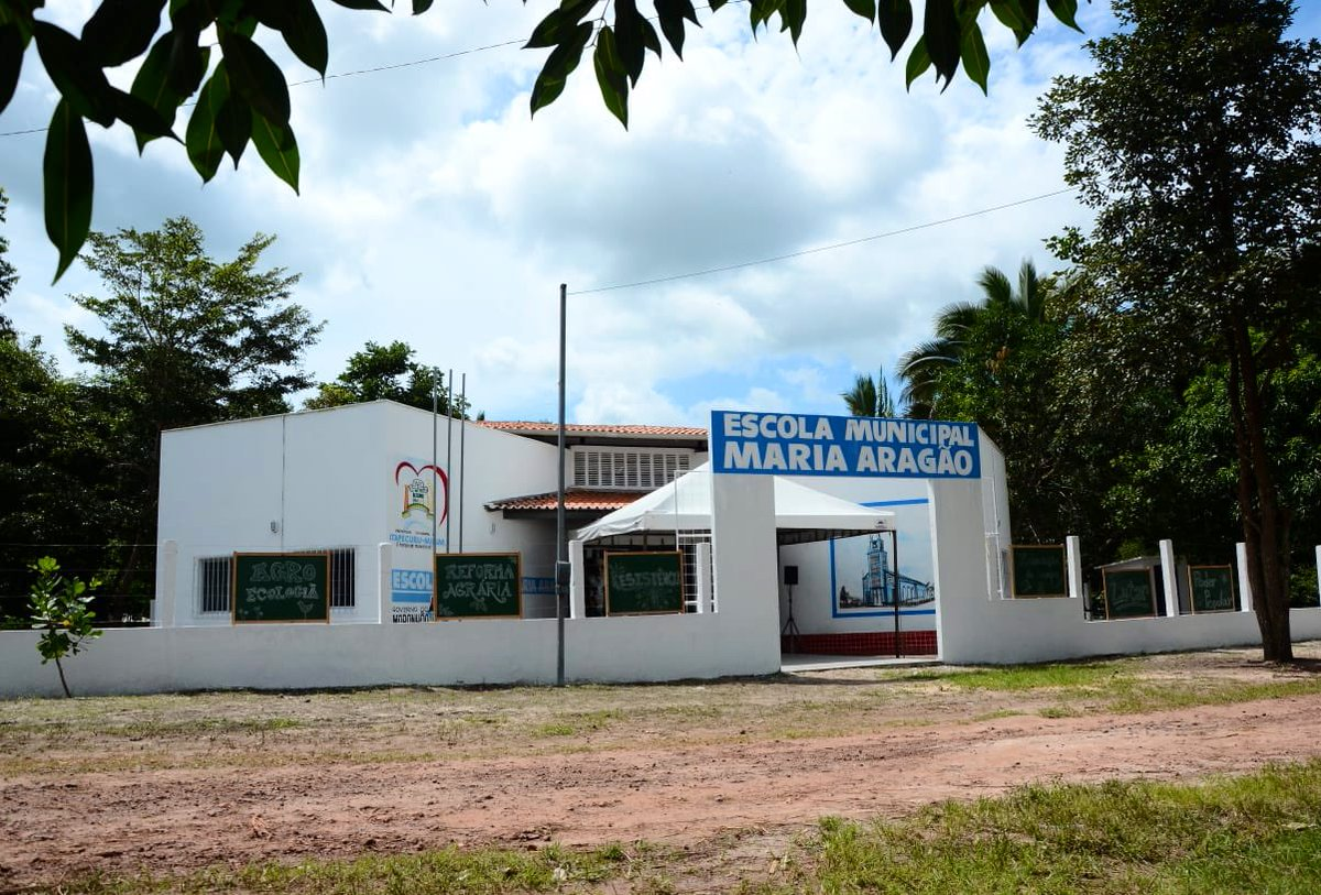 Hoje inaugurei mais uma Escola Digna, a 4ª inaugurada nesta semana . Foi em Itapecuru, onde também inauguramos um Farol do Saber com novo acervo literário