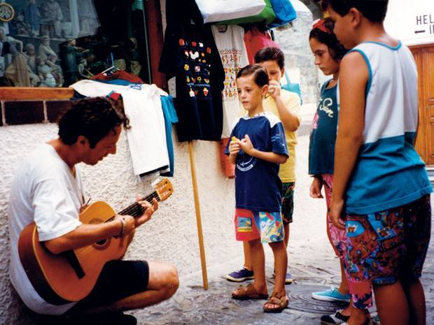 Joe Strummer playing to a group of local children on holiday in Mallorca, 1997. <br>http://pic.twitter.com/dnZEKdeoqS