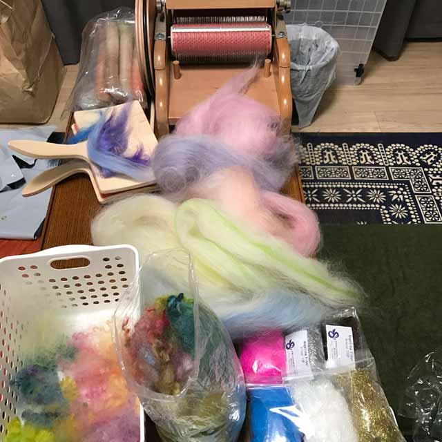 バッツ作りにハマったぽこさんの机の上は、すごい事になって・・・  確定申告は どうなった まだ整理ができてないのに机の上がこれじゃ  #手紡ぎ #毛糸 #羊毛 #染色