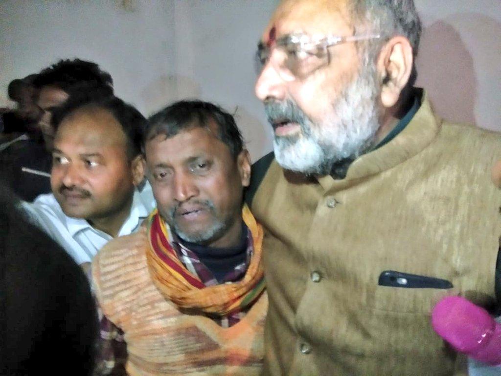 वीर शहीद रतन ठाकुर के परिवार वालो से मिलकर दिल द्रवित हो गया .. देश के प्रति इन परिवारों का समर्पण इन्हें भी बाकी शहीदों की तरह वीर बनाता है। धन्य है देश ..नमन है वीर शहीद और उनके परिवार को।