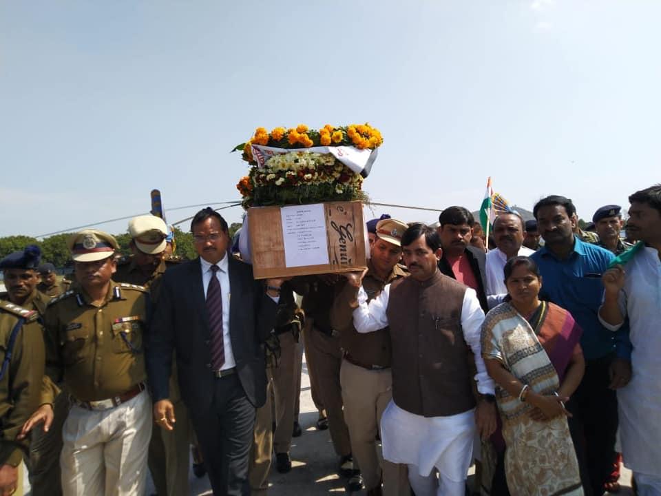 भागलपुर के लाल शहीद रतन कुमार ठाकुर का पार्थिव शरीर आज सुबह हेलीकॉप्टर से कहलगांव पहुंचा और वहां उमड़े जनसैलाब के साथ जांबाज़ रतन को भावभीनी श्रद्धांजलि दी। उनकी अंतिम यात्रा में शामिल हर किसी की आंखें नम हैं। मेरी पूरी कोशिश है कि परिवार को हौसला दूं लेकिन ये इतना आसान नहीं।