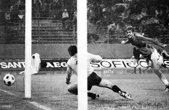 Johnny #Rep (16) scores 3-0 with a diving header. #Netherlands played one of #FIFA #WorldCup's all time best #football #classic 'demonstrations' and eliminated #Argentina 4-0. . #Holland #Oranje #WorldCup74 #WC1974 #WM74 #football #Cruyff #Legend #Ajax #Feyenoord #futbol #mundial
