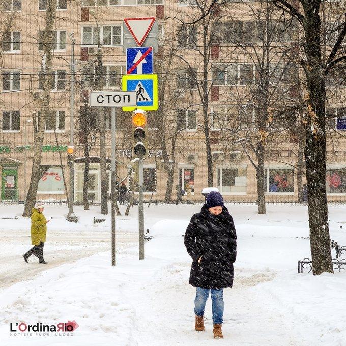 L'inverno è ancora lungo a Mosca, nonostante non faccia più freddo come a gennaio. La temperatura di pochi gradi sotto lo zero facilita le nevicate copiose e la città cambia aspetto. #lordinariomagazine #notiziefuoriluogo #intrasferta   — L'Ordinario (O…