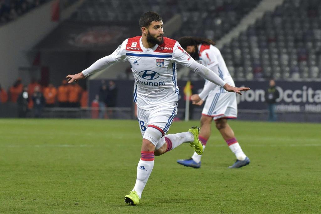 Lyon forward Nabil Fekir, a target for Liverpool and Chelsea, is close to signing a contract extension at the French club. (Daily Mirror)