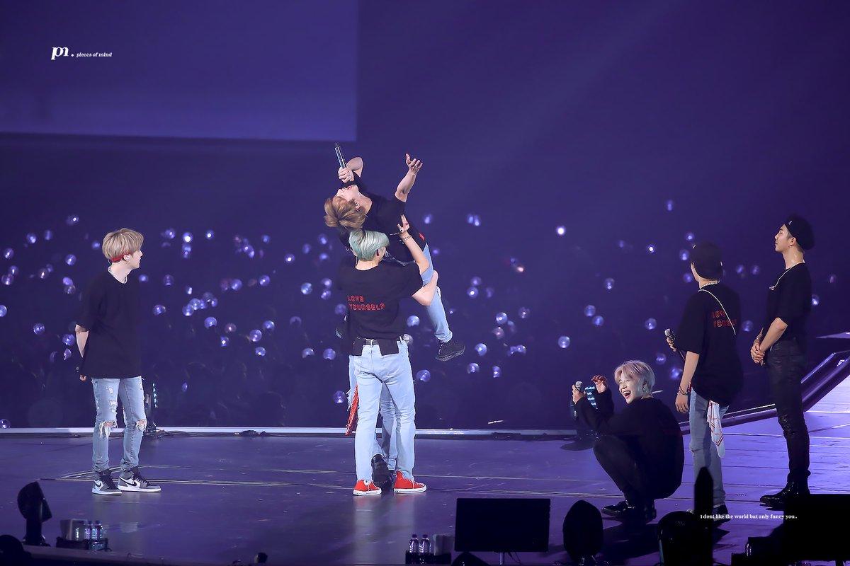 Jungkook dan V BTS mengangkat tubuh Jin saat menyapa para ARMY di konser Fukuoka pada Sabtu (16/2/2019).