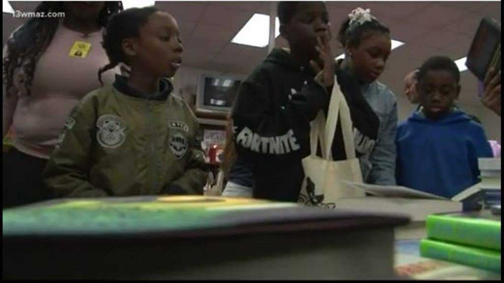 Students at Bernd Elementary get new books for free https://t.co/D4gTa7yHsq