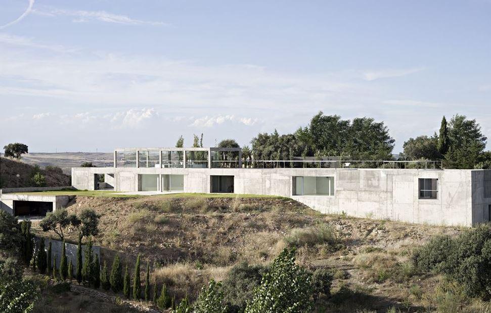 """Casa Rufo diseñada por Alberto Campo Baeza  en Toledo ( 2009) . """"Esta larga caja de hormigón está perforada y cortada, creando objetos y huecos convenientemente para acomodar adecuadamente las funciones"""" #100x100masterhouses #Arquitectura #Architecture #Retokommerling"""