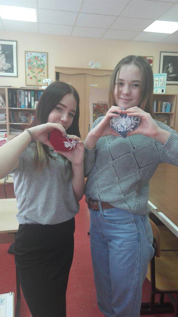На мужском собрании мальчики сделали сладкие валентинки, а в женском клубе девченки сшили лоскутные сердечки. Ведь дарить частичку своего сердечка тем, кто вам дорог, всегда приятно.