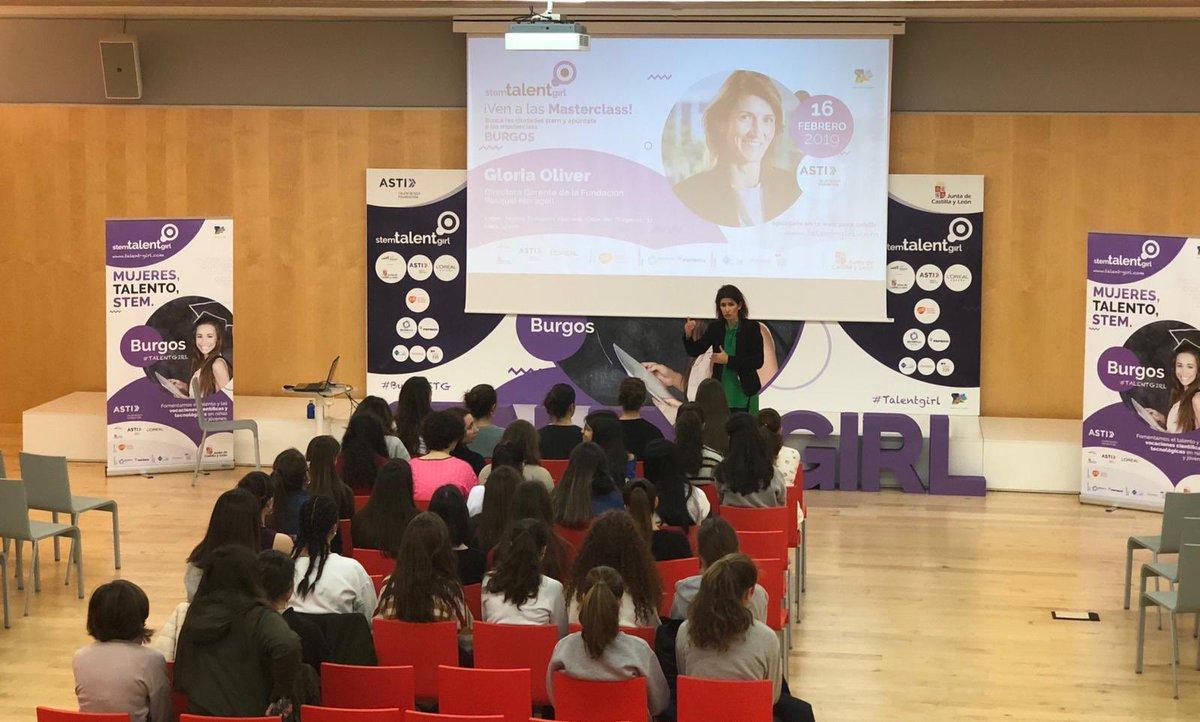 Gloria Oliver, Gerente de la @fpmaragall , comienza el diálogo con las alumnas #TalentGirl, en el @museoevolucion , #BurgosSTG   👏🏼👏🏼👏🏼