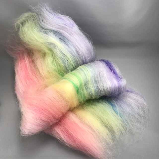 こちらは スタンダートタイプ(ピンクバージョンの七色) 「虹色妖精 ほわほわバッツ」  2枚 できました。 こちらも裏と表で表情がちがいます。面白いですね  バッツは 近々 支店「手紡ぎ毛糸オーダーshop」にアップ予定 紡いで毛糸の状態で納品も可能です。  #手紡ぎ #毛糸 #羊毛 #染色