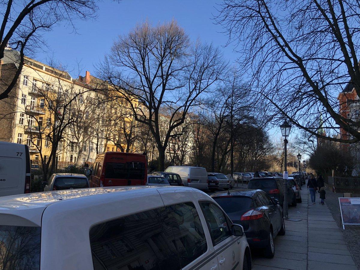 Spielstraße in Berlin-Kreuzberg. Wer soll da spielen? @MonikaHerrmann1 #hornstrasse https://t.co/YtFZ70g1QB