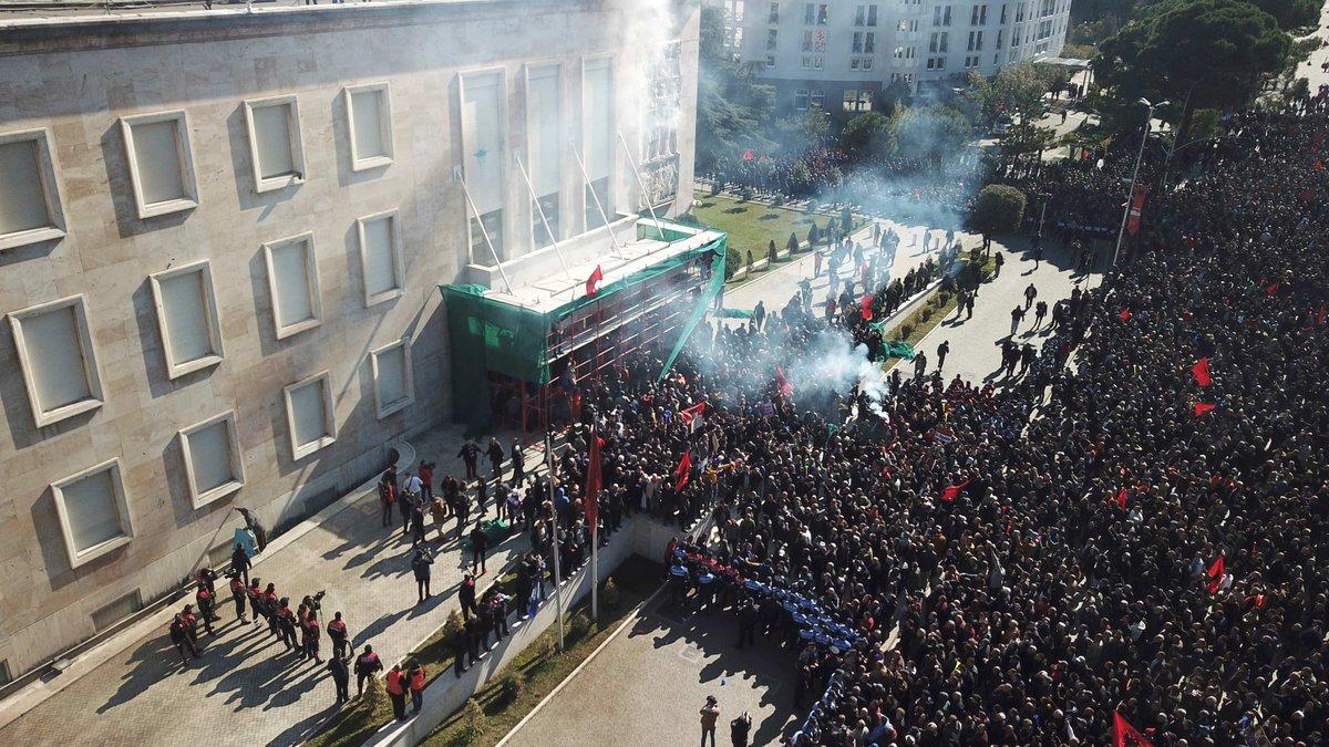 #Albania , opposizione in piazza a#Tirana : assaltata la sede del governo. I manifestanti chiedono 'un esecutivo transitorio che prepari elezioni anticipate libere e rispettose degli standard internazionali'  →https://t.co/aEg03nKhLo