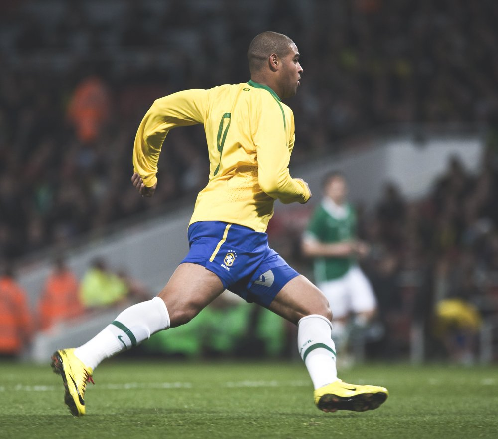 He was the highest paid player in the Serie A but in 2008, aged 26 returned to Brazil: &quot;I was happiest when I had nothing.&quot;  He often exceeded Ronaldo, Ronaldinho and Kaká.  Won the golden boot in the 2004 Copa América &amp; the 2005 Confederations Cup.  Happy birthday, Adriano. <br>http://pic.twitter.com/z5WD05T7mv