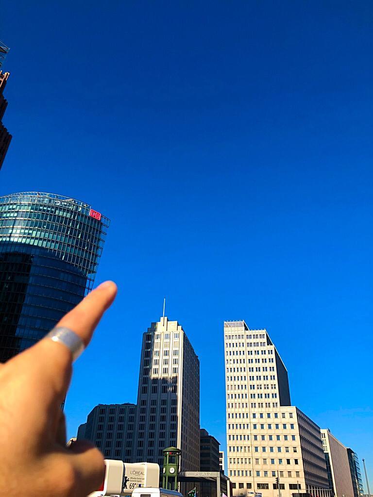 Il cielo sopra Berlino è carico di un blu intenso. È l'addio migliore che dà a Bruno Ganz, gigante del cinema. La caduta, Il cielo sopra Berlino, L'amico americano: sono parte del mio DNA. Addio grande Bruno.  #BrunoGanz