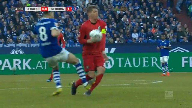 ⏸️ | Nog geen doelpunten bij Schalke 04 - SC Freiburg, wel een rode kaart. Schalke-speler Suat Serdar mocht vroegtijdig de kleedkamer opzoeken na een stevige charge.   #s04scf