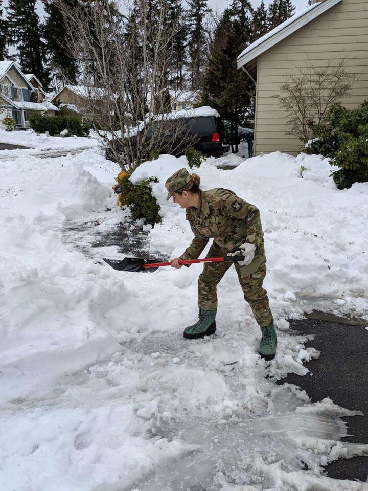 Photo of the Day: @WANationalGuard Airmen help residents of Duvall dig out after severe winter weather dumped deep snow in the region.  https://t.co/XonZC2ngZS