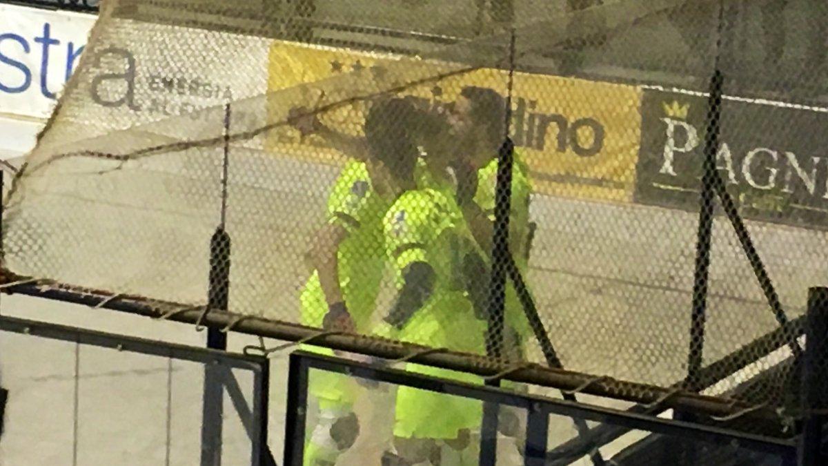 15' GOOOOOOL de @nil_roca24 ! Fantàstica diana del canterà, conduint la bola amb velocitat i creuant la bola davant Menichetti!   ¡Segundo gol de Roca en esta #okeuro!   🏑 @follohockey 0-1 @FCBhoquei   💻 http://ow.ly/DkAg30nIrX0 🔵🔴 #ForçaBarça #okeuro