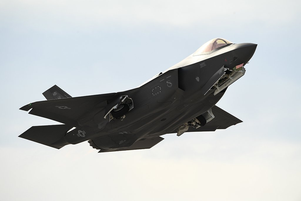 The First Reports Of How The F-35 Strutted Its Stuff In Dogfights Against Aggressors At Red Flag Are Starting To Emerge.  Story:  https:// wp.me/p2TYIs-gUa  &nbsp;  <br>http://pic.twitter.com/MnSlLSmpDL