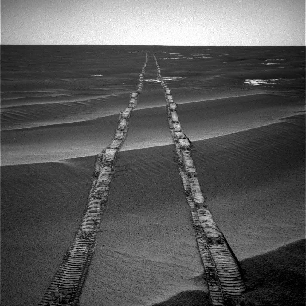 In August 2010, the Opportunity rover took a photo of its tracks on Mars. This image features the lovely ripples of small dunes created by the wind. Opportunity took many epic shots like this in its 15 years. Now it's lost to us. https://t.co/AnOlM0cADx 📸 NASA/JPL-Caltech