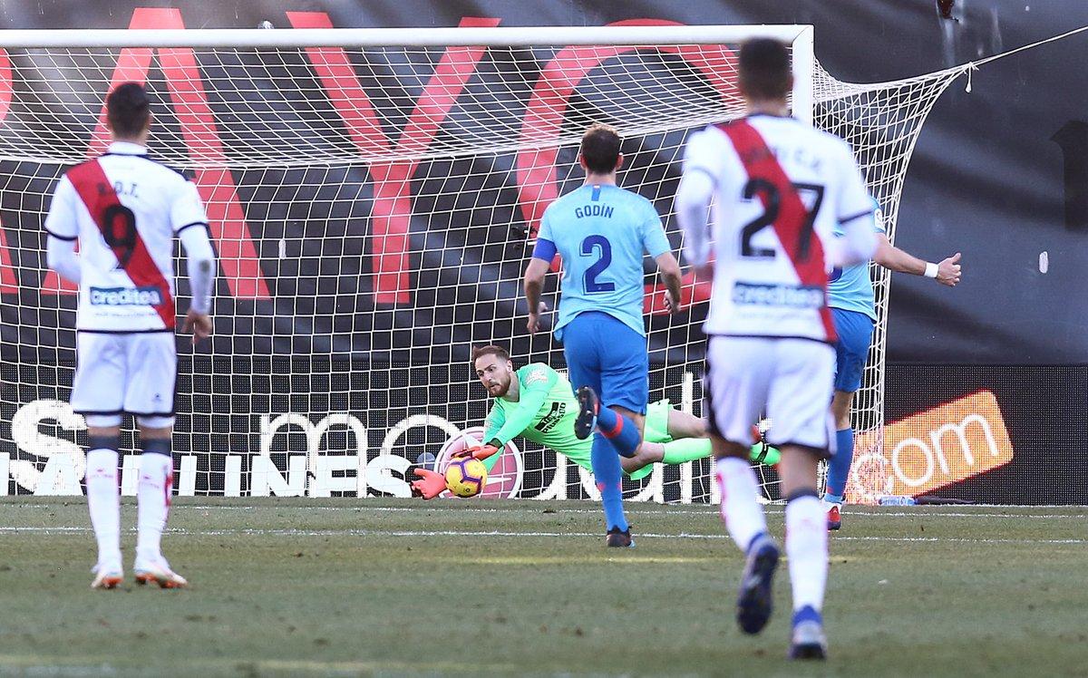 Un gol de #Griezmann a los 73 minutos le permitió al #Atleti derrotar 0-1 al #RayoVallecano y colocarse nuevamente en el segundo puesto de @LaLiga luego de cumplir su duelo de la fecha 24, poniéndole presión al #RealMadrid que juega este domingo.