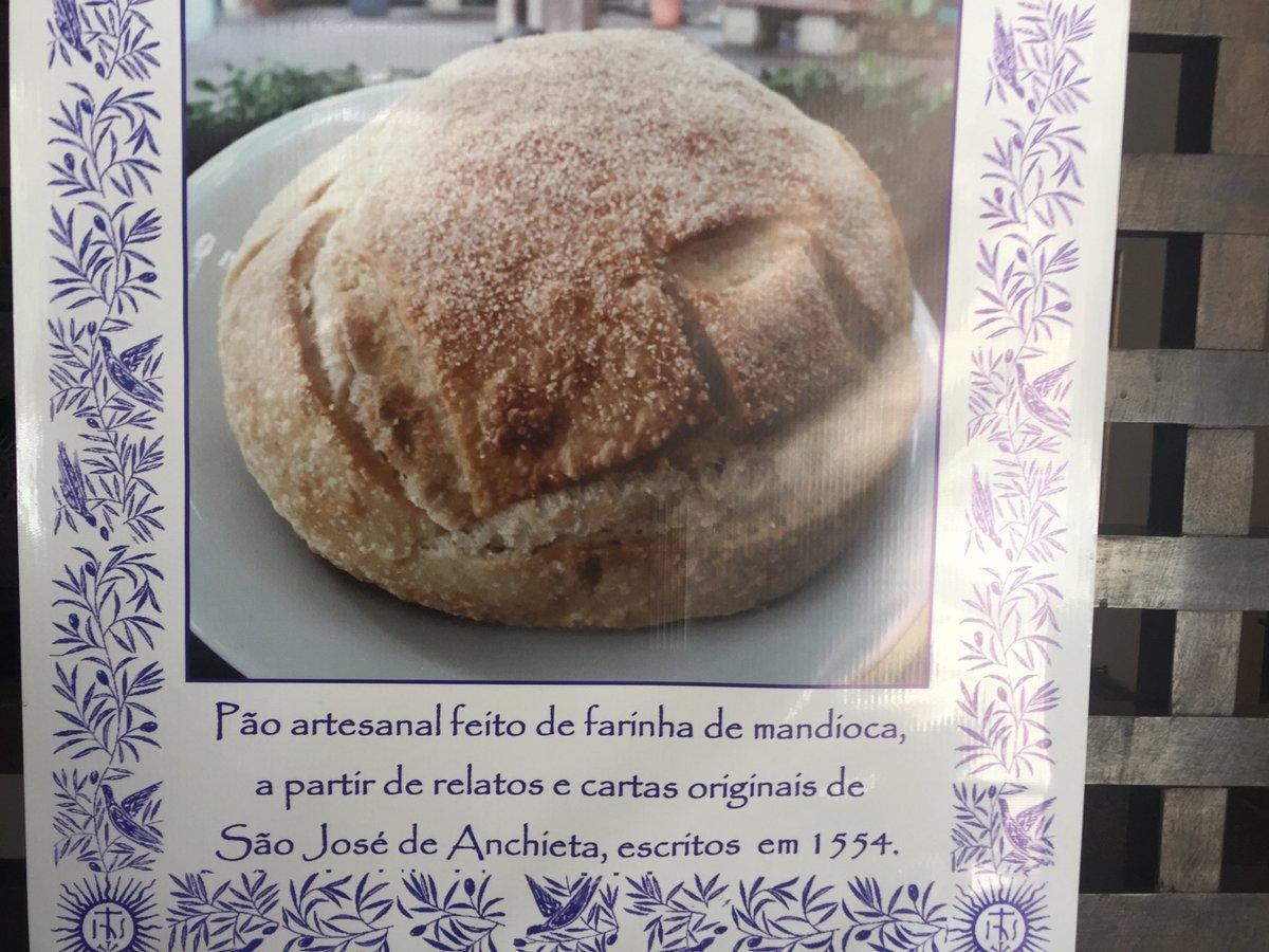 Esse pão caseiro de massa puba (mandioca fermentada) tem receita de 1554 do Padre José de Anchieta, e pode ser encontrado do restaurante do Pátio do Colégio, aqui em São Paulo. Lá você pode apreciar parte da velha parede do prédio original do Colégio que fundou São Paulo.