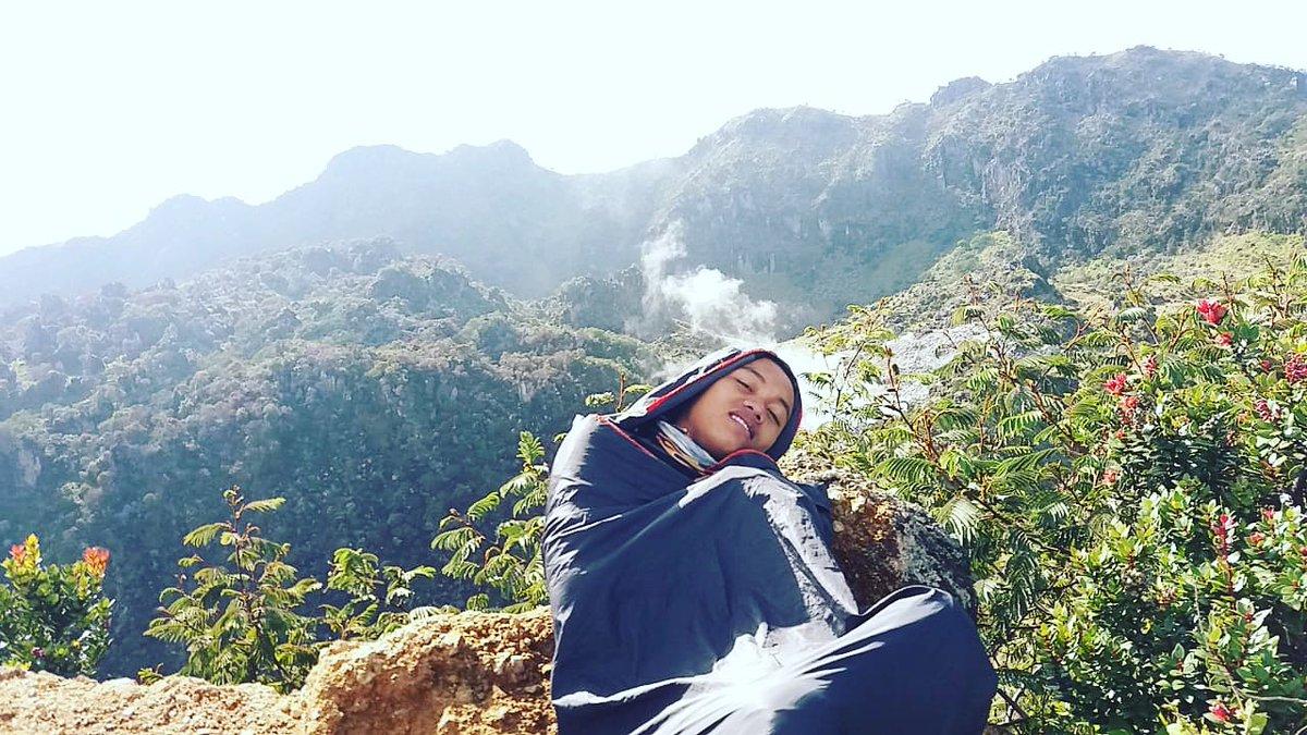 . Sisi romantisme pendaki gunung tidak dibangun karen dia kebanyakan baca kahlil gibran, sentuhan-sentuhan manis dengan alam yang membuat dia otomatis romantis.  #anak_pindang #puisimalam