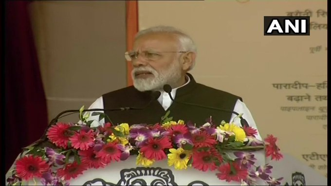 Projects worth thousands of crores have been inaugurated today. These include projects aimed towards making Patna a smart city, Bihar's industrial development and generating employment for the youth: PM Modi in Barauni, Bihar  LIVE:https://t.co/qCxTQGkDlC