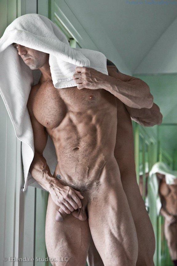 pene parado en al ducha