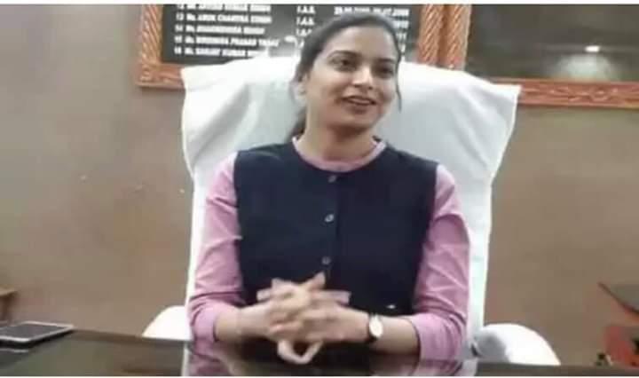 शेखुपुरा बिहार की DM इनायत खान ने बिहार के दोनों शहीद सेनिको की बेटियों को गोद लिया, जीवन बार उठाएगी ख़र्च ~  सलाम है इस बेटी को 👍