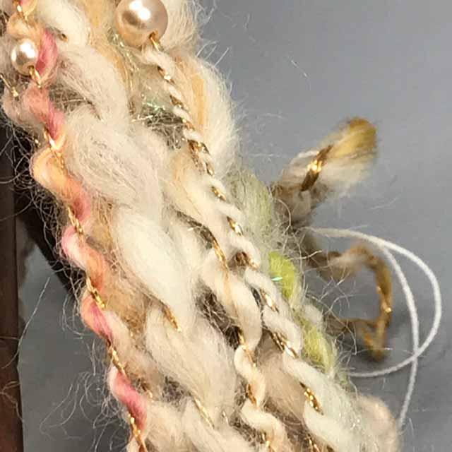 アクリルパールを入れたスパイラルを紡ぐ あれこれ サンプルを作ってみるけれど どれも 写真ではキラキラは キラキラしないし、色合わせがむずかしい。  カメラワークは 本当に悩みのタネ  #手紡ぎ #毛糸 #羊毛 #糸紡ぎ