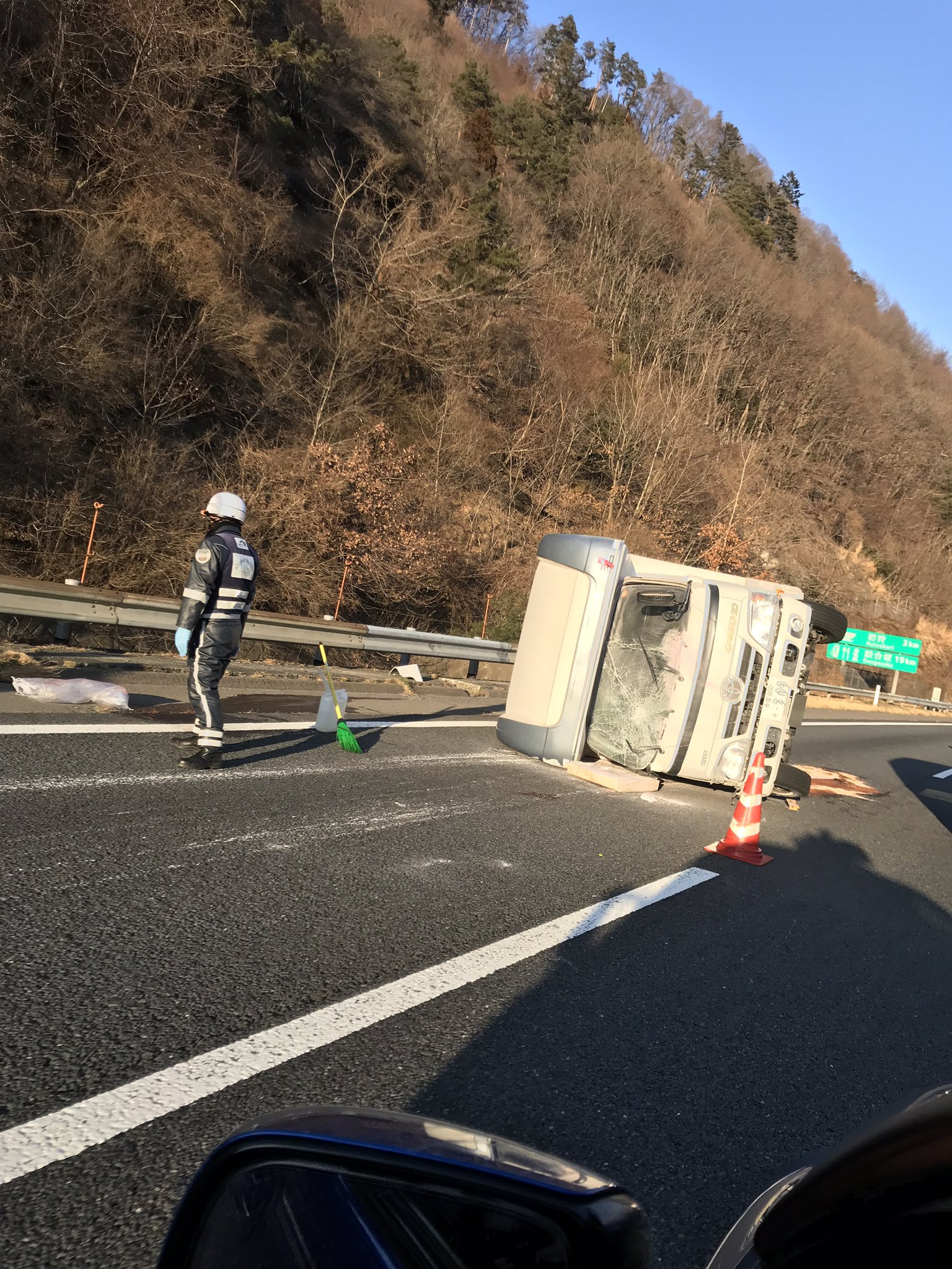 画像,中央道事故渋滞やっちまってんね。スノボ帰りっぽい。 https://t.co/rd5av5gZpb。