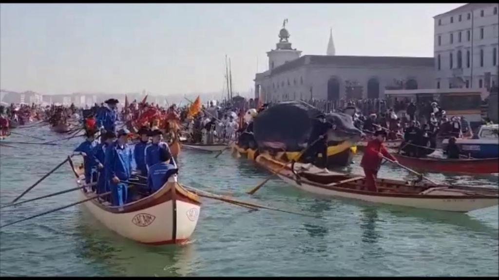 Venezia, la pantegana guida il corteo domenicale i...