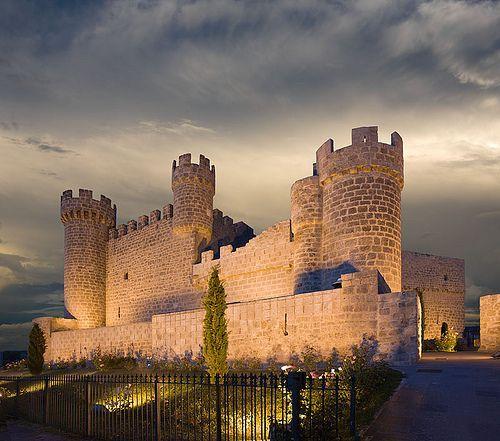 #OlmillosdeSasamón. Su castillo de 1446 fue incendiado en la invasión francesa el 22 de julio de 1812. Hoy está restaurado como hotel. #Burgos  Foto: @KasteelVrouwtje