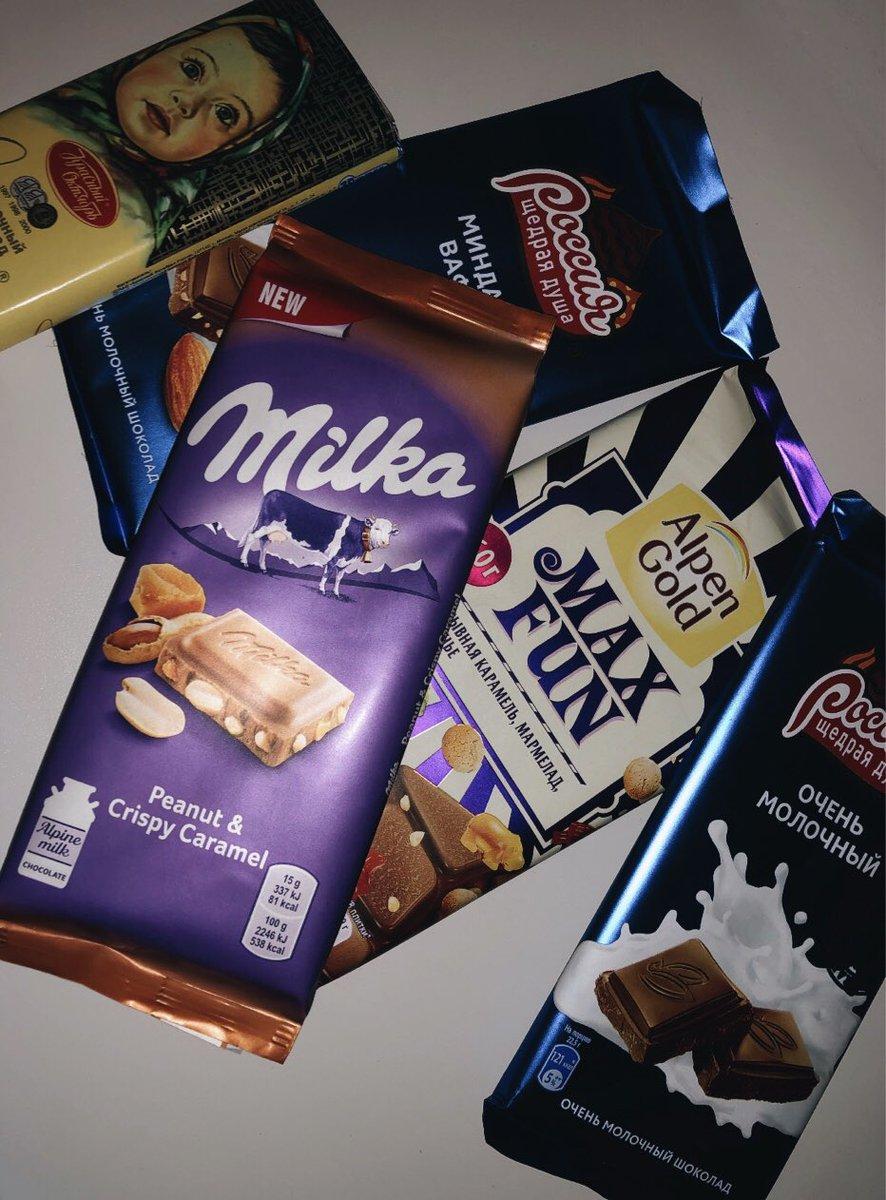 фотографии шоколадок в руках для ценителей комфорта