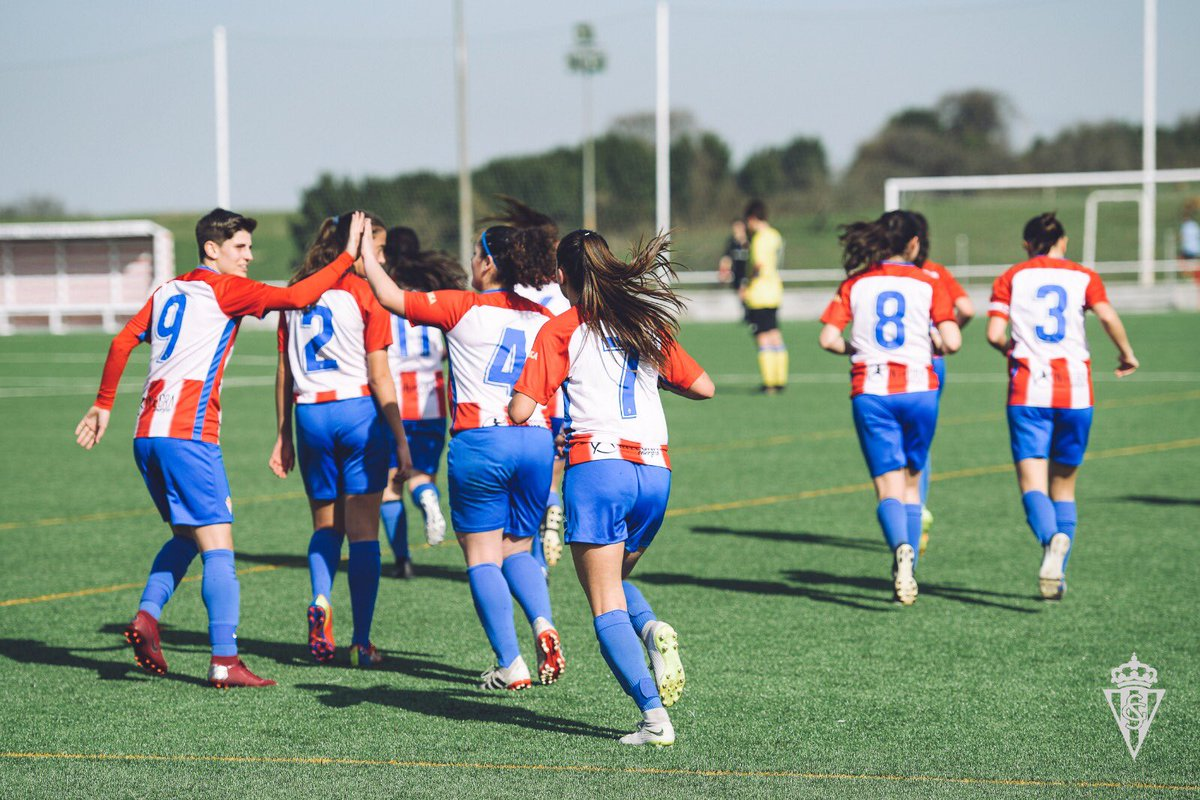 La plantilla del Sporting Femenino celebra uno de los goles ante el Arousana (Foto: RSG).