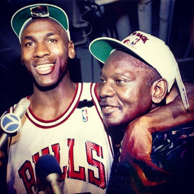 ジョーダン56歳誕生日おめでとう!  こんな日にこの話をするのはナンセンスだけど、56歳というのはジョーダンの父ジェームズが突然強盗に襲われて帰らぬ人となった年齢でもある。(続く)  #HappyBirthday #MJMonday #GOAT #FatherAndSon