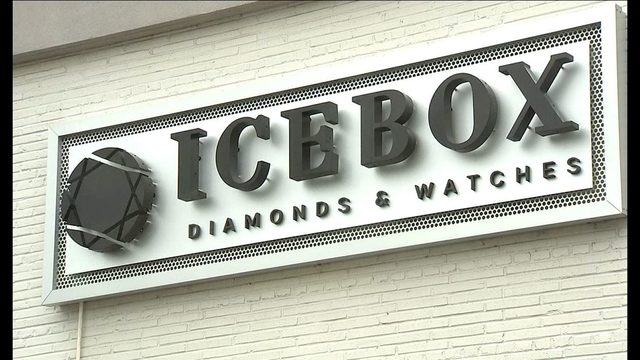 Police: Jewelry store known for famous clients burglarized after home invasion https://t.co/CACvXgQexG