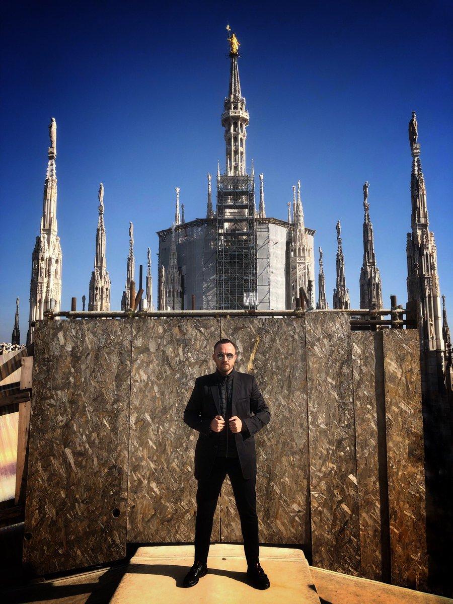 Секретная база на крыше Миланского собора:) Это вам не любители с Солсберецкого собора с их флагами,  у нас тут всё по красоте:) Да и шпилей гораздо больше, передачи в центр проходят вообще без помех 😎
