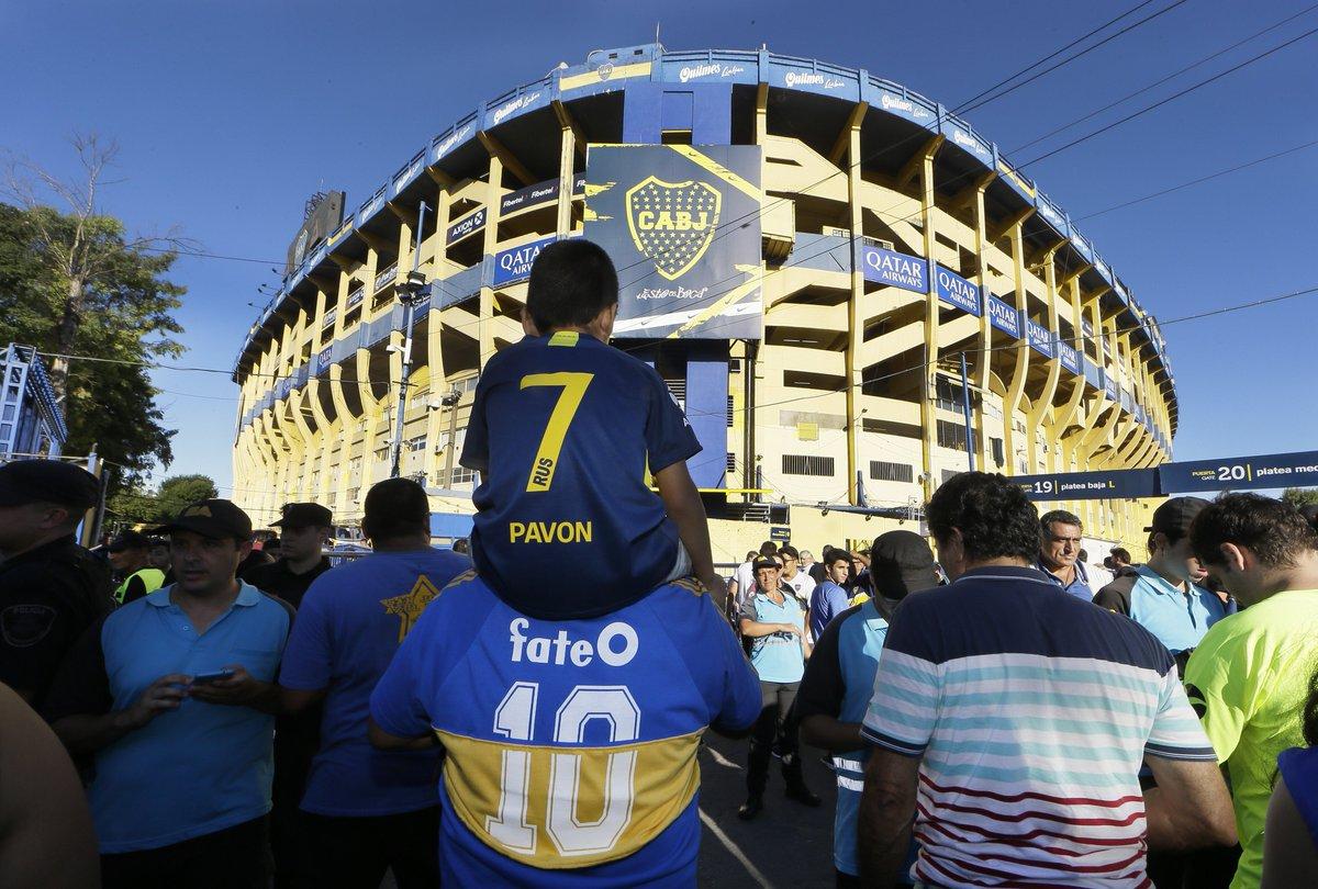 📷 ¡Los hinchas, llegando a la Bombonera! ¡Y, como cada domingo, luciendo la azul y oro!  #VamosBoca 👊