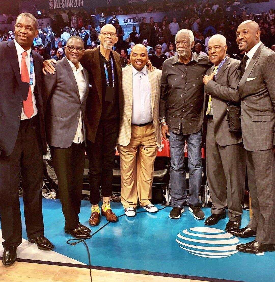 """Sim, esse """"baixinho"""" é o CHARLES BARKLEY, jogava de ala de força, dominava a ARTE DO REBOTE, doutrinou garrafões nos anos 90 da NBA e mentia a altura pra cima. MEU ÍDOLO !  Aliás, que foto PESADA hein ... Só lendas do basquete !!! #NBAAllStar"""