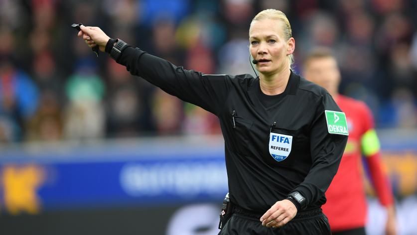 Foot : la télévision iranienne annule la retransmission d'un match de la Bundesliga arbitré par une femme   https://t.co/OeGcVpi51A
