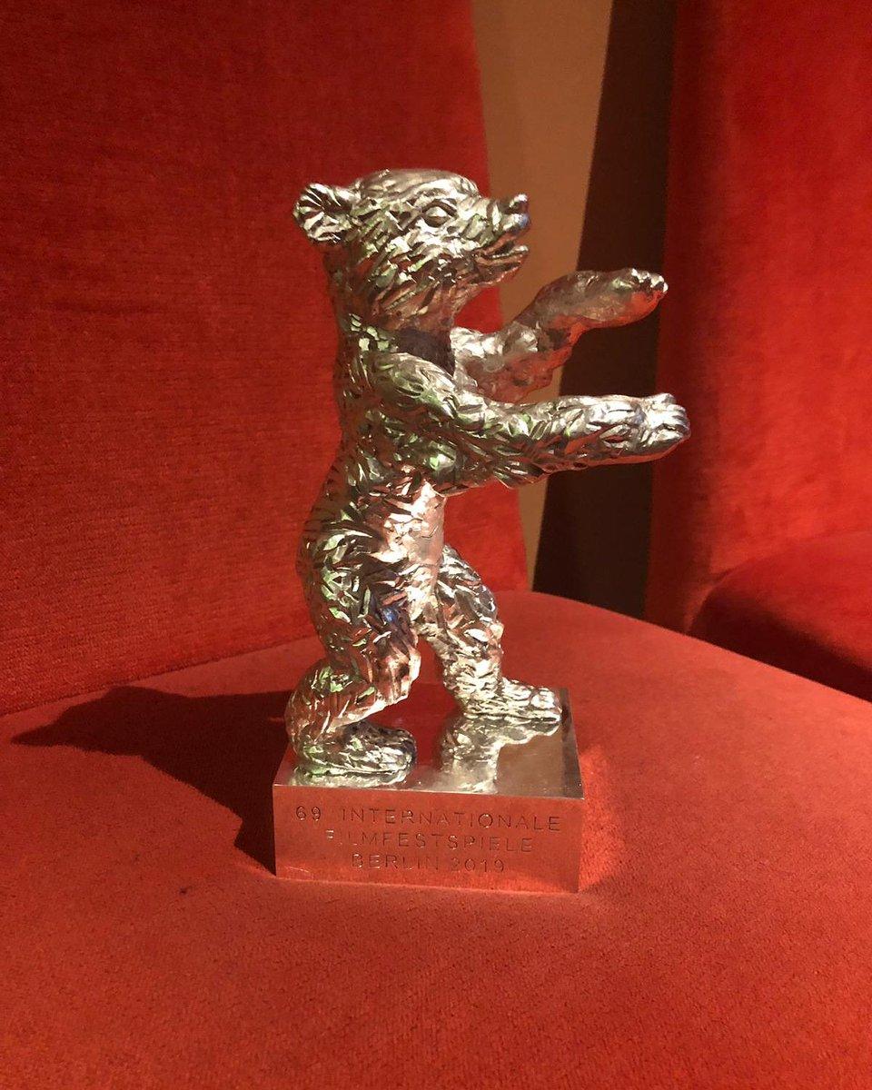 Vi presento l'orsetto! Per la prima volta l'Orso d'argento per la miglior sceneggiatura a un film italiano. Sono felice che la giuria internazionale abbia riconosciuto che quella de #LaParanzaDeiBambini è una storia universale. Tra poco a @chetempochefa, alle 20.35 su @RaiUno.