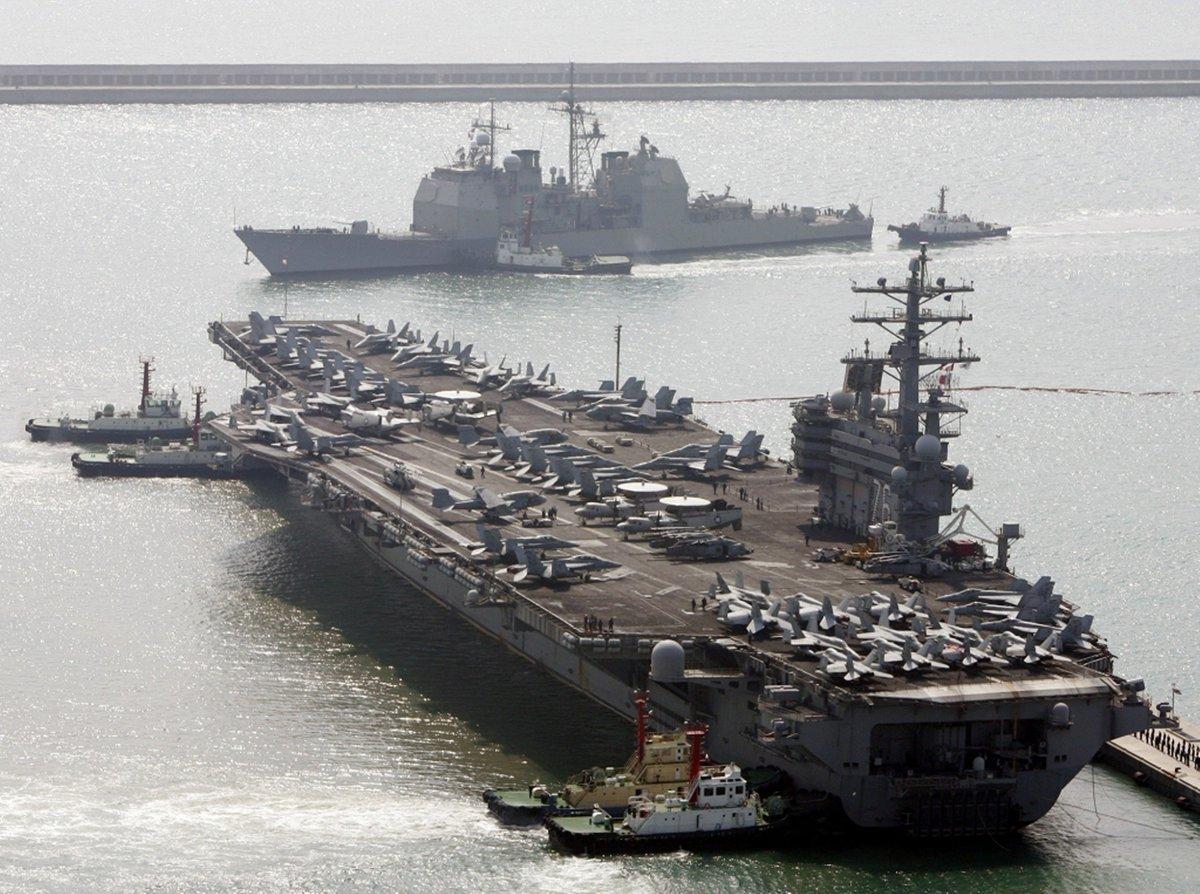 Ya navega cerca de #Venezuela una escuadra de #EEUU que incluye un portaviones, mientras en #Cartagena fondean decenas de buques de guerra y varios submarinos. Raúl Castro no sabe qué hacer con Venezuela https://t.co/fesJr0aHV3 @jguaido #NicolasMaduro #Cuba  @CarlosAMontaner