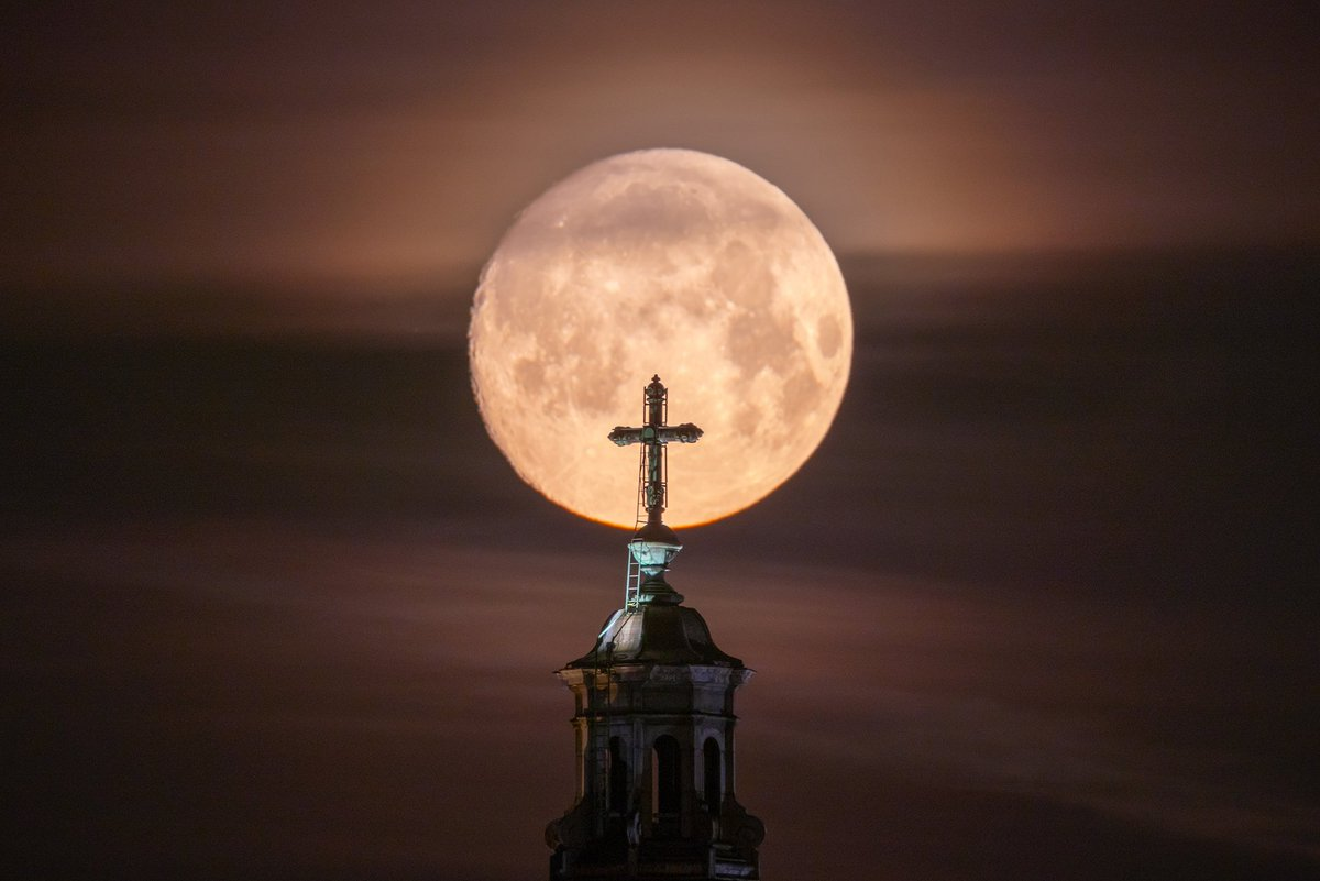 Supermoon from this morning descending on the St. Nicholas Church in #amsterdam #supermoon @Iamsterdam<br>http://pic.twitter.com/yh4veGK02C
